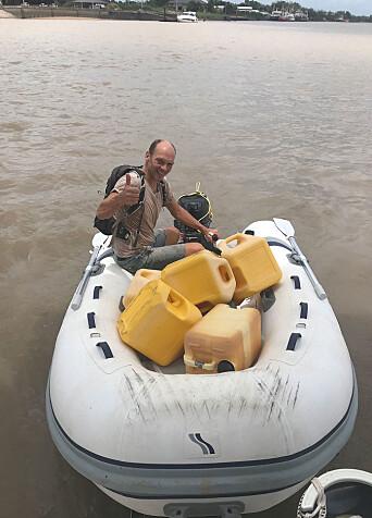 DRIVSTOFF: Jon Petter på vei til kaia med tomme dieselkanner. Mer enn 300 nye liter drivstoff var det rom for før det rant over.