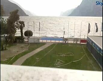 GARDASJØEN: Webcamera i Torbole viser flotte seilforhold, men ingen seil på innsjøen i Italia.