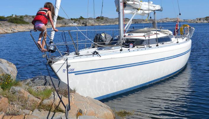 FESTE: Mange steder er det påler for å feste fortøyning. Det er kjekt å velge et sted det er lett å komme til og fra båten.