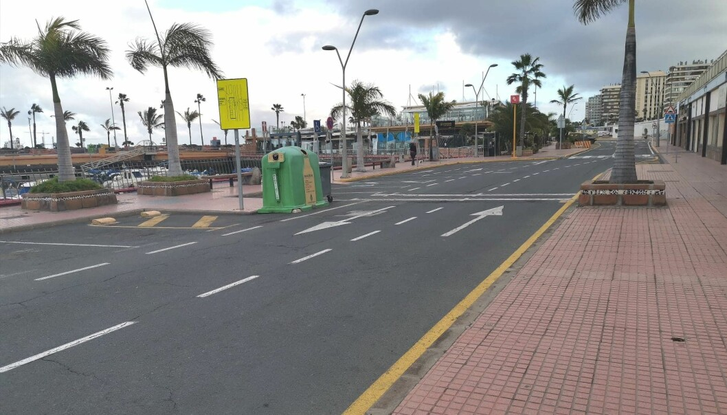 TOMT: Gatene forbi havna i Las Palmas er uten biler og folk.