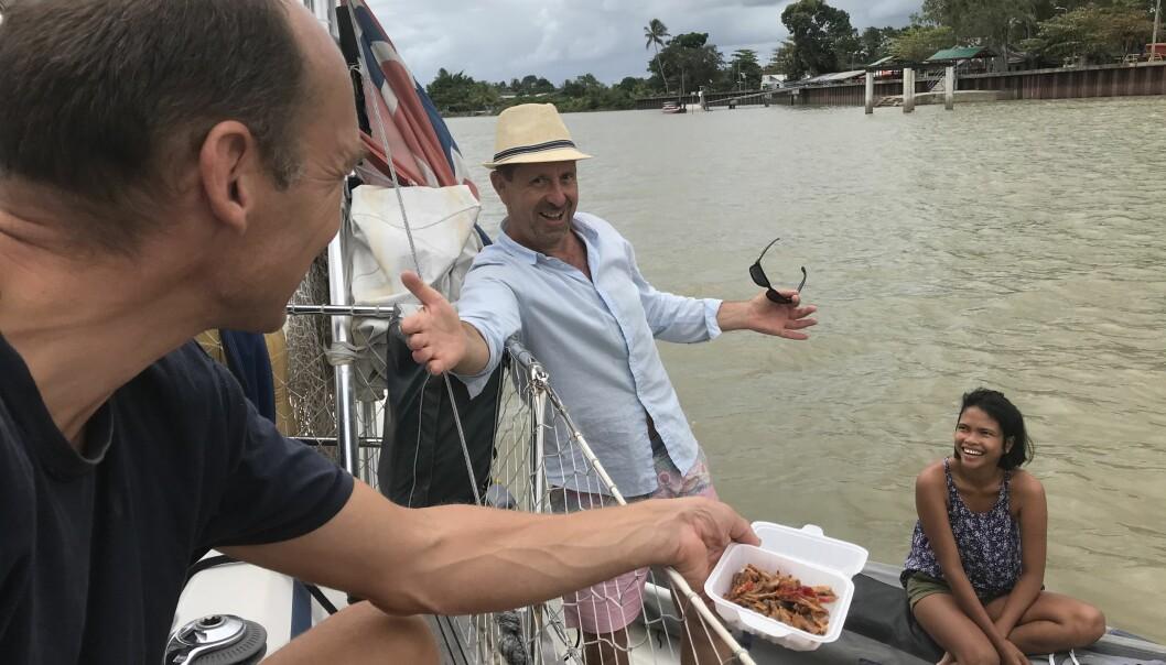 ELV: Trivelige båtnaboer kommer ut til oss med take-away for å gi oss en smak av landet vi er i