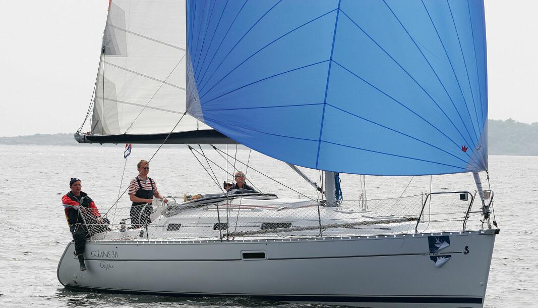 Oceanis 311 har et storseil med nesten gjennomgående spiler – en slags billig- variant som gjør at man slipper kostbare sleider til seilet. Rullegenua, lazy jacks og integrert bomtrekk gjør det lett å sette og berge seil.