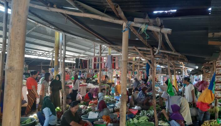 ENGSTLIGE: Tett med folk på det lokale markedet på Lombok. 2