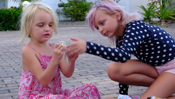LEKER: Gavmilde Sophia har gitt Karen Marie alskens skatter fra sin egne leker