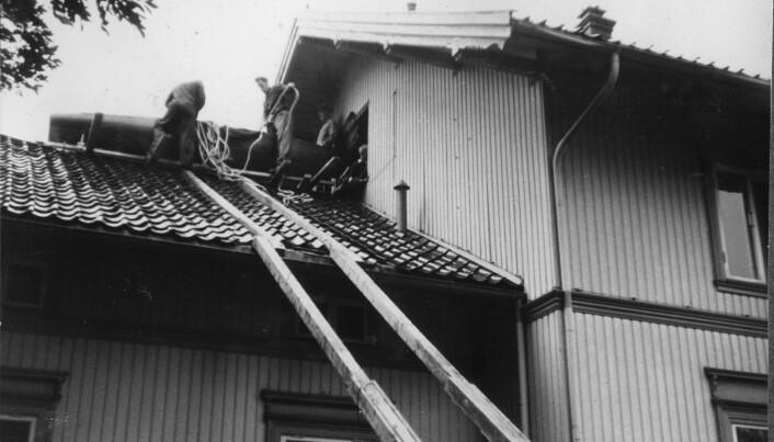 UT AV VINDUET: Vinduskarmen måtte fjernes for å få ut Finnjolle N-27 som Ole With bygde på loftet i 1956.