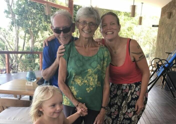 Våre gode venner Pam og Eric Sellix fra USA på Pied-a-Mer II, som nå er på vei hjemover via Rødehavet og Suezkanalen. Forholdene for seilerne som ble overrumplet av koronakrisen på denne ruta er alt annet enn enkle. Bildet er tatt da vi møtte dem igjen i Indonesia i august 2019. Vi ble først kjent med dem i New Zealand, og møtte dem igjen flere ganger på veien vestover til Asia.
