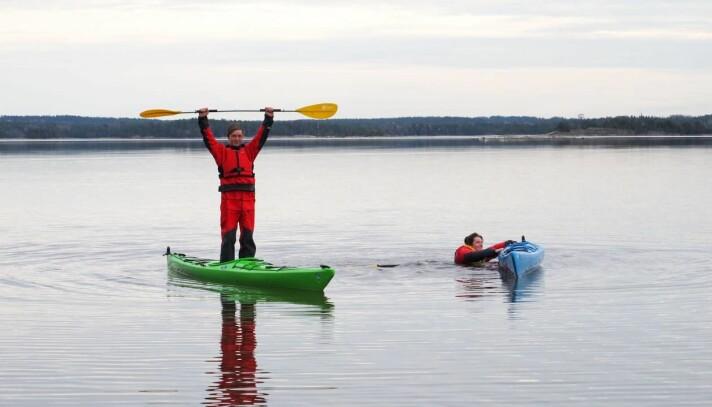 PADLING: Å lære seg å padle og få våtkurset er en av bonusene ved å være med på seillinjen på Jeløya.