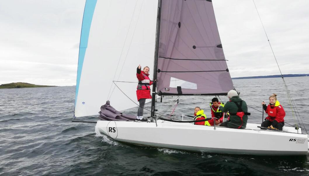 SEILING: Seiling i kjølbåten RS 21 vil være en av flere aktiviteter ved den nye seillinjen til Jeløy Folkehøyskole