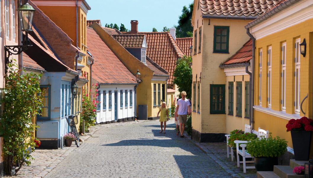 POSTKORTMOTIV: Sjarmerende skjeve og små bindingsverkhus i de brosteinsbelagte gatene i Ærøskøbing.