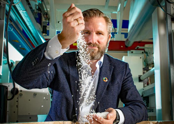 DETEKTIV: Forskningsselskapet Norner analyserte materialet i plastpelletsene og kunne derved finne ut hvorfra de kom. Thor Kamfjord mener mye kan gjøres for å redusere faren for nye utslipp.