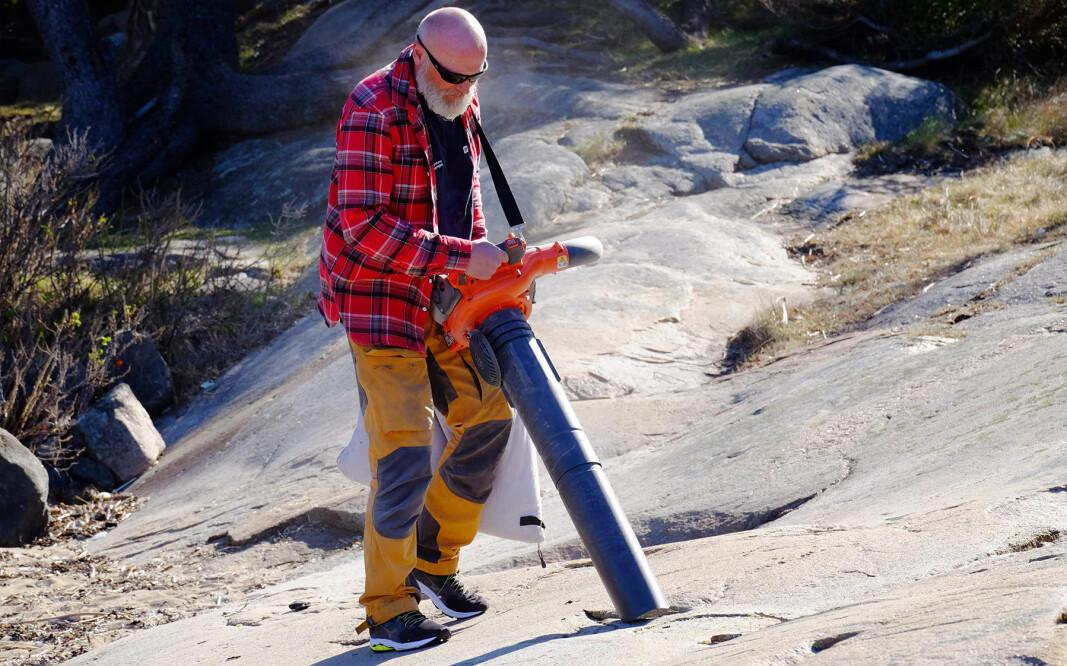 OPPRYDNING: Opprydningsarbeidet etter utslippet av plastpellets er møysommelig. Sten Hellberg i Kystlotteriet har tatt i bruk støvsuger.