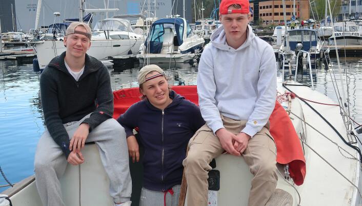 RUSSETID: Gunder Johannessen, Sander Henriksen og Kristoffer Alfredsen har fått en seilbåt gratis som de gjør seilklar.