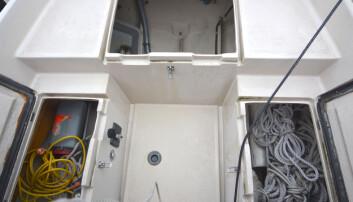PLASS: 20-foteren har imponerende stueplass under cockpitbenkene.