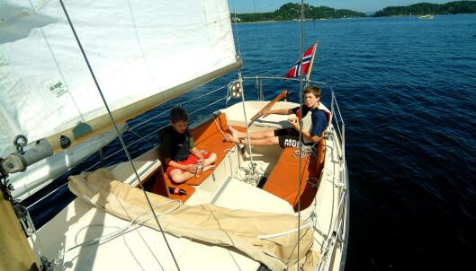 BARNEBARN: August (9) og Emil (13) håndterte 20-foteren greit.