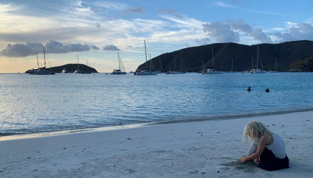 Det nærmer seg kveld i Maho Bay på St. John i de Amerikanske Jomfruøyene. Her har mange av båtene ligget for anker i ukesvis etter å ha måttet avbryte seileplanene sine og søke fristed her. Små «nabolag» er dannet i mang en bukt. De har stort sett holdt seg for seg selv og fått mat og varer levert til stranden; en selvpålagt og tross alt sosial måte å beskytte seg for koronaspredning. Vi ble heldigvis hjertelig inkludert i fellesskapet da vi flyttet inn i nabolaget bare for noen dager.