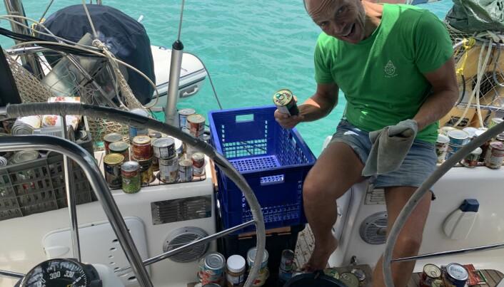 Jon Petter i gang med å vaske av litt medtatt, men fullgod hermetikk overlevert fra S/Y Spailpin, som hadde kassevis til overs etter fullført seilas. Det kommer nok godt med på seilasen hjemover til Norge.