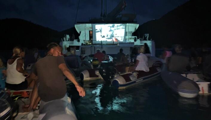 """Båtfolkets svar på Drive-in movie: Klassikeren """"Captain Ron"""" ble vist på kinolerret bak katamaranen Hangtime, under lyset av fullmånen i Maho Bay, St John. Stemningsfullt og morsomt!"""