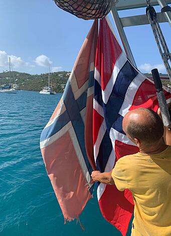 Vilja markerte nasjonaldagen med bytte av flagg. Det var vel strengt tatt på tide… Det gamle hadde vaiet bak Vilja i ett år, siden forrige 17. mai som ble feiret i New Zealand.