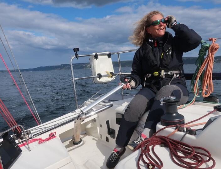 REGATTASEILER: Eira Naustvik er både arrangør og deltager. Hun seiler gjerne regatta alene i sin 32-fots Jeanneau.