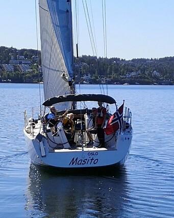 SEIL: Lette vind i Bundefjorden da barna hadde skoledag om bord.