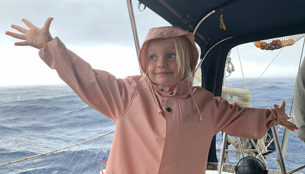 REGN: Karen Marie tørr under cockpitteltet i regnbyge i Atlanterhavet.