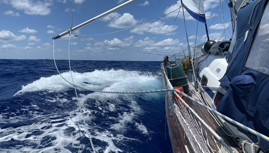Vilja krysser seg nordover i motvind for å være posisjonert best mulig, i kappløpet om å forsere Gulfstrømmen og runde østkystens crux Cape Hatteras innenfor et begrenset tidsvindu med vindstille.
