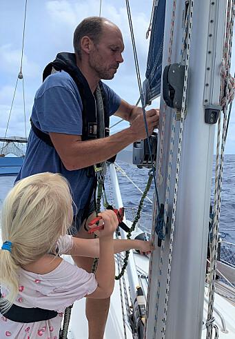 Karen Marie er ivrig håndlanger når båten forberedes til å møte kraftigere vær. Her: En splint til festet av bommen byttes ut som et føre-var tiltak.