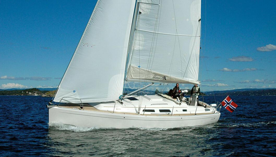 Hanse 370 seiler høyt på kryss. Båten har moderne linjer og en bred hekk.
