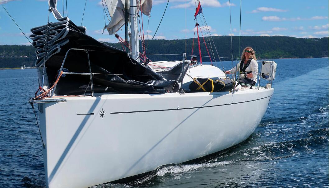 SOLO: Eira Naustvik håndterer seilbåten alene, også med spinnaker.