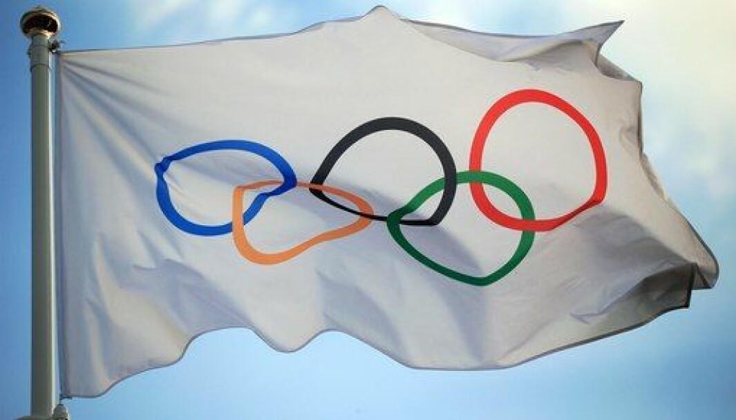 Det olympiske flagget vaier for seilsporten