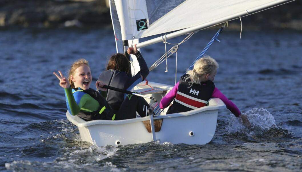 A-JOLLEN: A-jollen har spilt en viktig rolle under oppbyggingen av Nesøya Seilforening. Inntil tre barn kan seile sammen i den, men to er det vanligste.