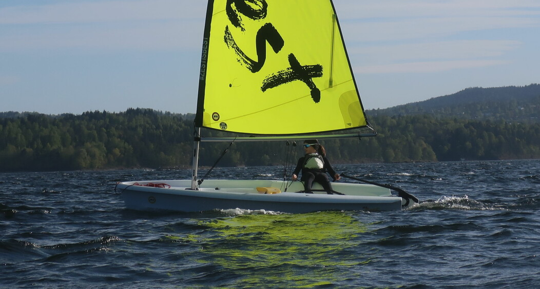 ALLSIDIG: RS Zest har et revbart storseil og kan utstyres med fokk. Båten seiles fint av én, men har plass til mange.