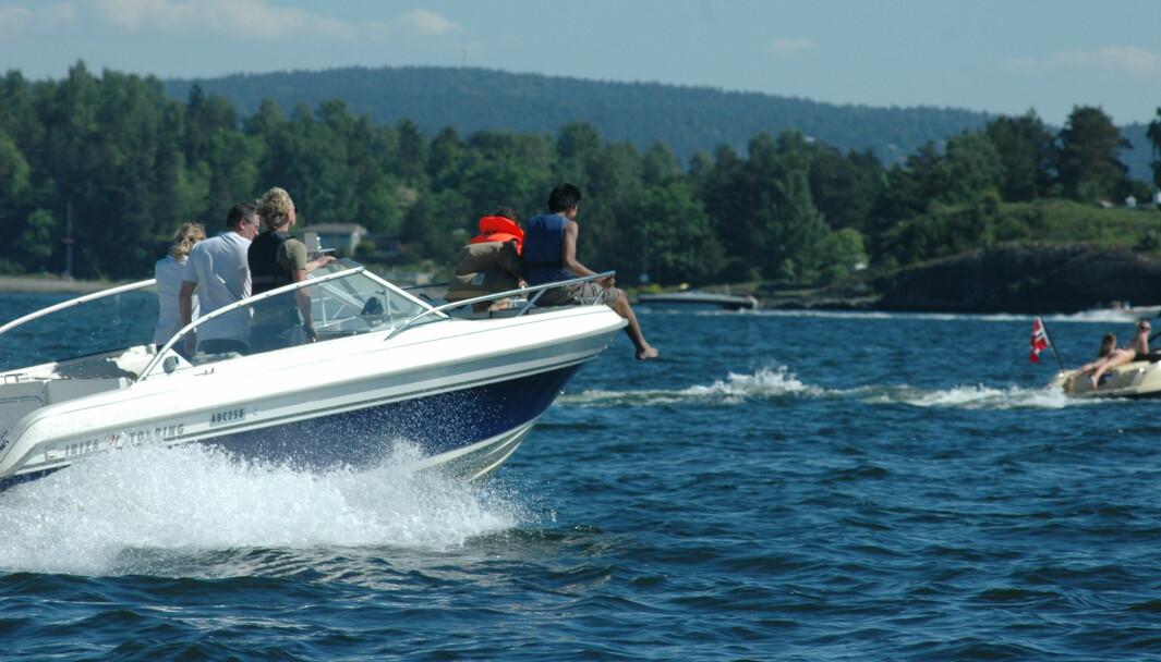 SIKKERHET: Hva som er farlig blir oppfattet annerledes i andre land. I USA ville båtføreren blitt fratatt båten for å ha barn i baugen.