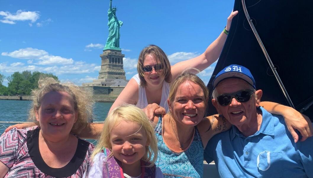 Viljas eldste og kanskje mest kjærkomne mannskap hittil; Veritasmannen Finn Raae (90) fra Bergen til høyre mønstret på for seiling på Hudson River sammen med familien; her representert ved datter Marilyn (t.v.) og barnebarn Kristen (bak).