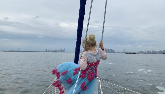 Majestetisk skue forut! S/Y Vilja seilet opp Hudson River. Manhattan skyline på styrbord side!
