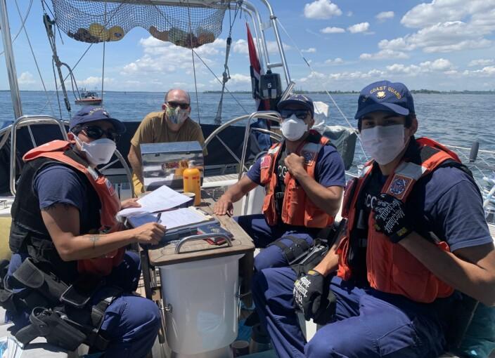 U.S. Coast Guard tar oss gjennom papirmølla etter inspeksjon om bord på S/Y Vilja. Faktisk viste de seg som både trivelige folk og interesserte i vår ferd rundt Jorda.