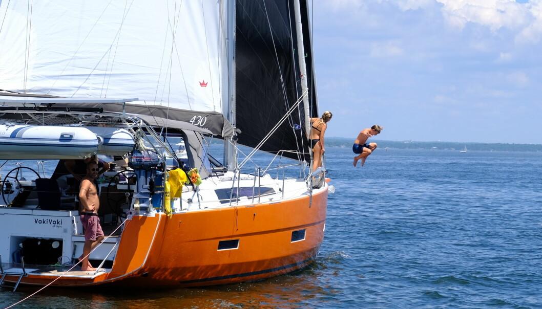 Vi møtte de norske båtene VakiVaki og Alibaba i Hudsonelva, og det ble samseiling opp til Newport i Rhode Island. Vi skal samme vei videre, så hvem vet; kanskje møtes vi igjen i nordligere breddegrader? Siste rest av levelige badetemperaturer nytes i hvert fall til fulle, her i fin stil ved norske Ivi og Jack på VakiVaki.
