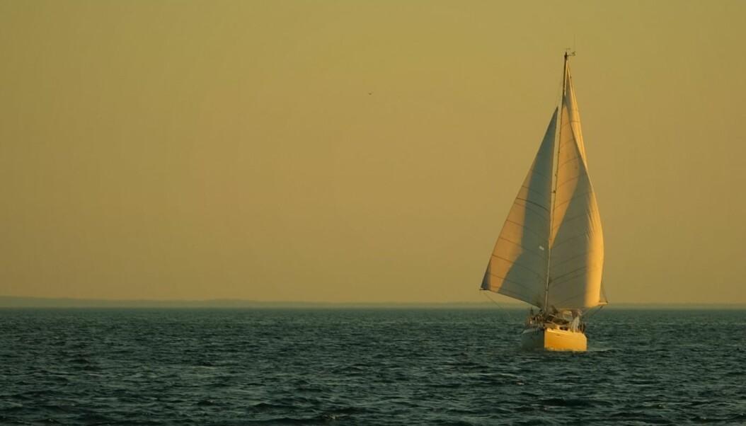 Norske Alibaba for fulle seil i det sola går ned over Long Island Sound.
