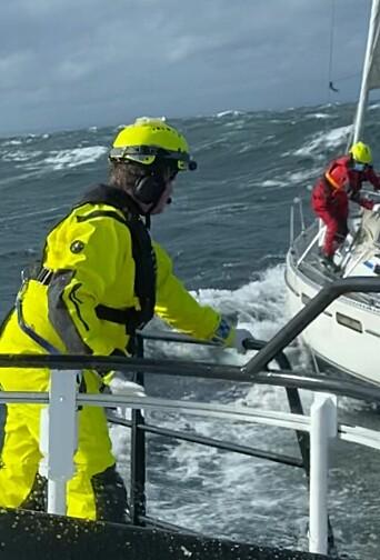 SKADET: Redningsselskapet fikk mannskap om bord i seilbåten hvor soloseileren lå skadet.
