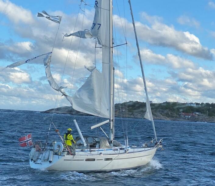 BERGET: Båten på vei inn Tromøsund for egen maskin med mannskap fra Redningsselskapet til rors.