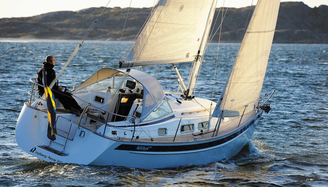 SEILER GODT: HR 310 seiler godt og rorkult er et fornuftig valg til denne størrelsen båt. Rorbladet virker imidlertid overbalansert og man kan ikke slippe roret uten at båten styrer ut av kurs.