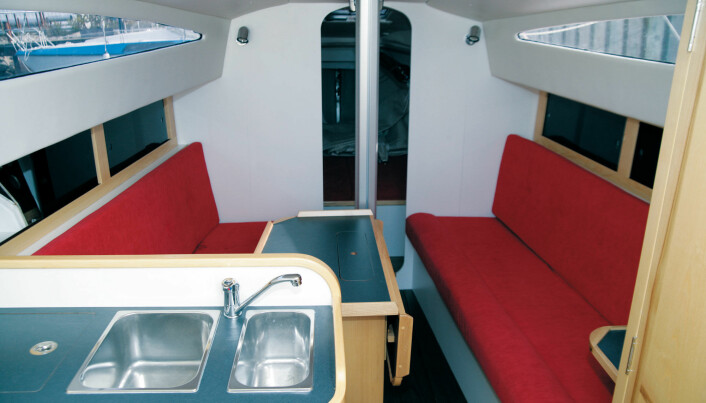 SALONGEN: I HP1030 har det du trenger under dekk. For å være en 10,30 meter lang «sportsbåt» er det bra med plass.