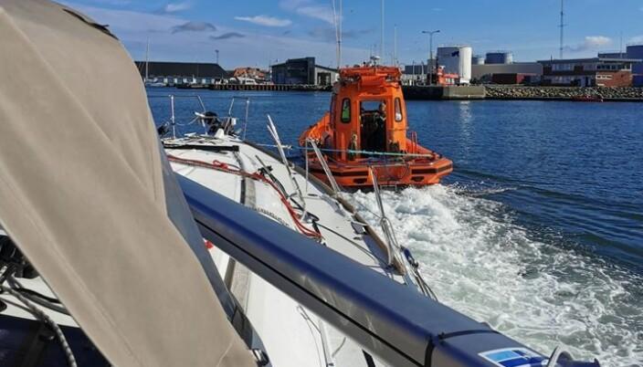 SKAGEN: Den norske seilbåten ble slept til havn av redningstjenesten.