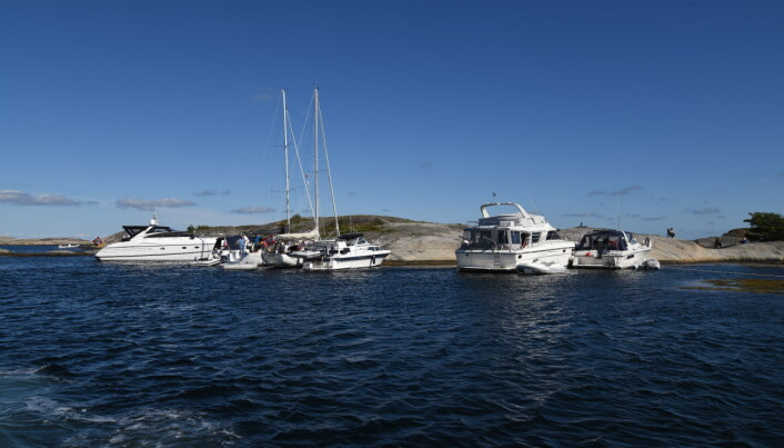 FOLKSOMT: Selv i frisk vind er det tett i naturhavnene, som her ved Portør.