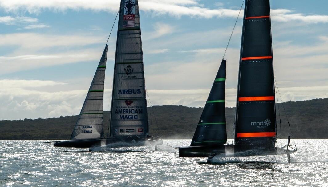 DUELL: Reglene forbyr lagene å seile mot hverandre, men har seiler 40-fots treningsbåten til Team New Zealand mot 72-fots «American Magic»