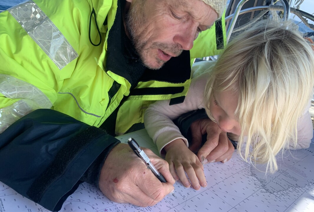 Jon Petter og Karen Marie merker av posisjon på kartet, på god vei mot Grønland.