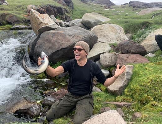 Fangst-eufori! Jon Petter fanget fine røyer på tradisjonelt vis med bare hendene i elva ved tuftene av Eirik Raudes boplass i Brattahlid. Trolig har en annen viking gjort det samme før ham her…