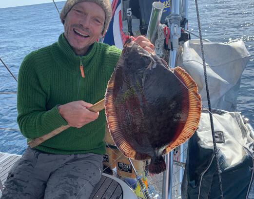 Ved vindstille slapp Jon Petter snøret i bånn og kunne dra opp denne fine matfisken, trolig en gapeflyndre (American plaice).