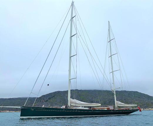 Staselig seilyacht i karantene i Sørvest-Grønland. Et mannskapsmedlem hadde testet positivt for COVID-19.
