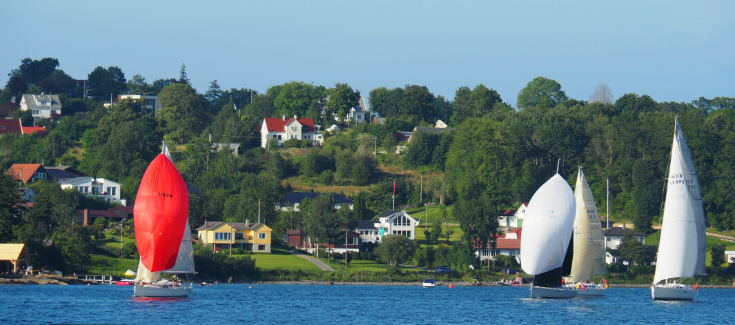 STORD: Baneseilas i havnebassenget ved Leirvik. I front med rød spinnaker, Rolf Granli Gangdal og Leif Rune Gravdal i en Bavaria Match 35.
